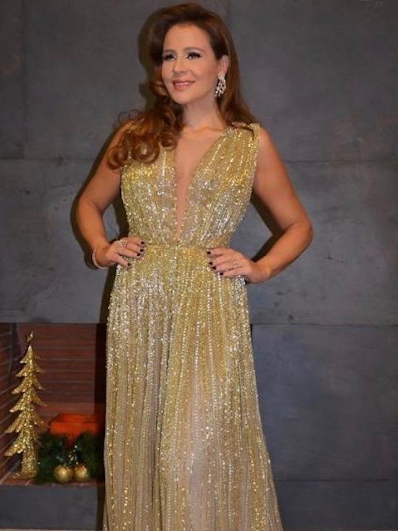 كارول سماحة في فستان براق ذهبي