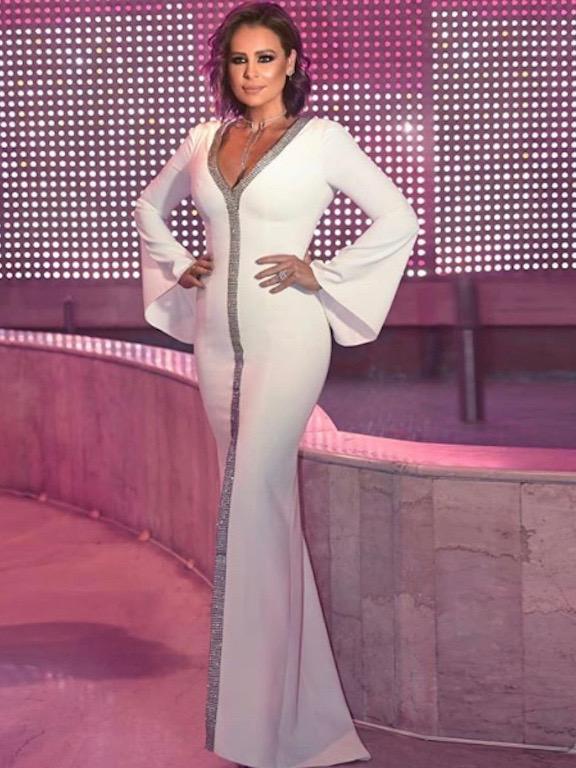 كارول سماحة في فستان أنيق باللون الأبيض