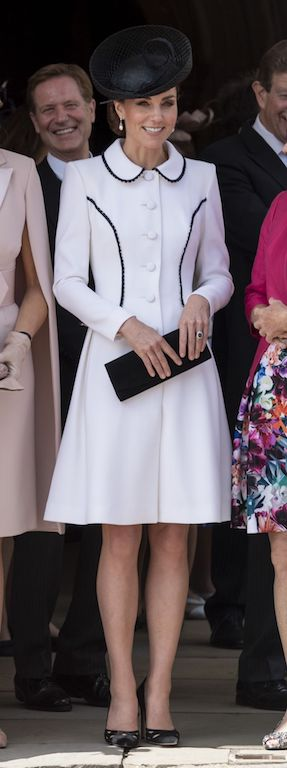 كيت ميدلتون في معطف صيفي باللون الأبيض