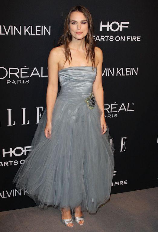 كيرا نايتلي في فستان من التول الرمادي
