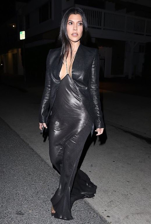 كورتني كارداشيان في فستان باللون الأسود