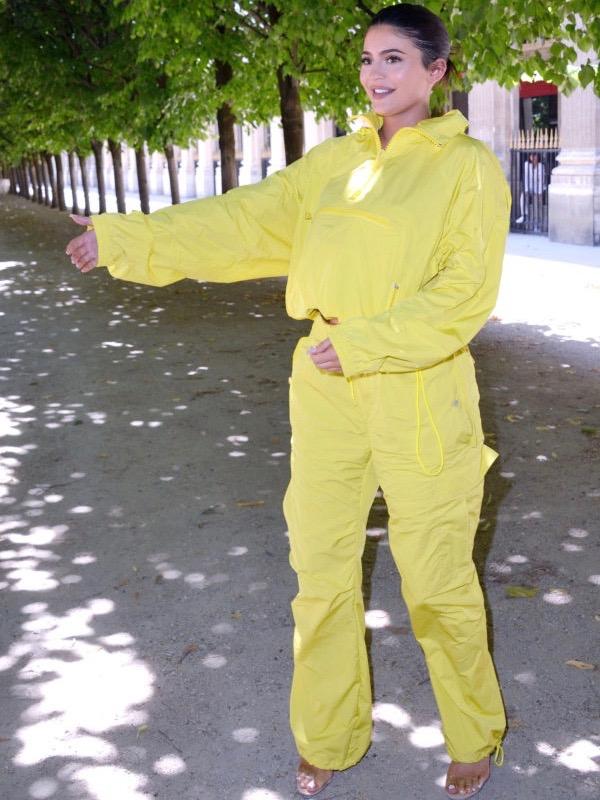 كايلي جينر في بيجاما رياضية باللون الأصفر