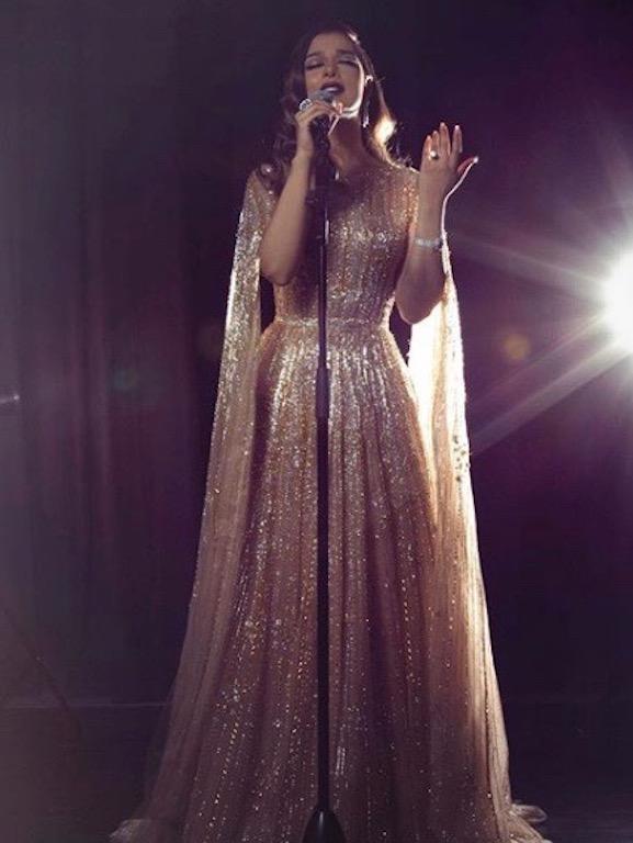 بلقيس فتحي في فستان ذهبي من لابورجوازي