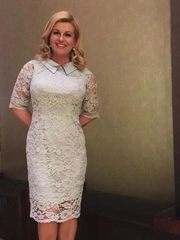 """رئيسة كرواتيا """"كوليندا غرابار كيتاروفيتش في فستان دانتيب"""