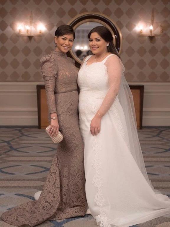 شيرين في فستان من الدانتيل في حفل زفاف شقيقتها