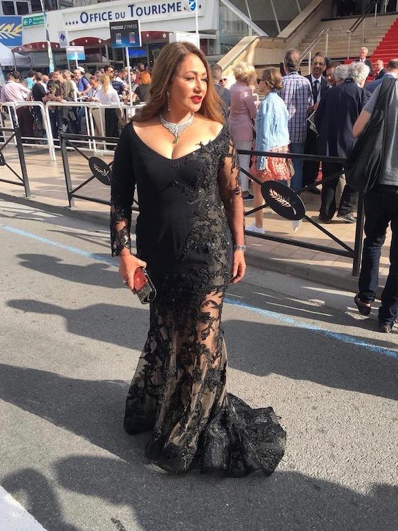 ليلى علوي في فستان من الدانتيل الأسود