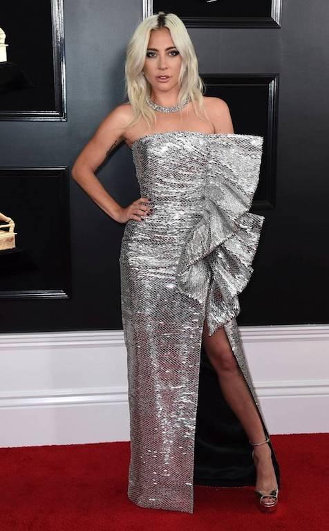 الليدي غاغا في فستان باللون الفضي من سيلين