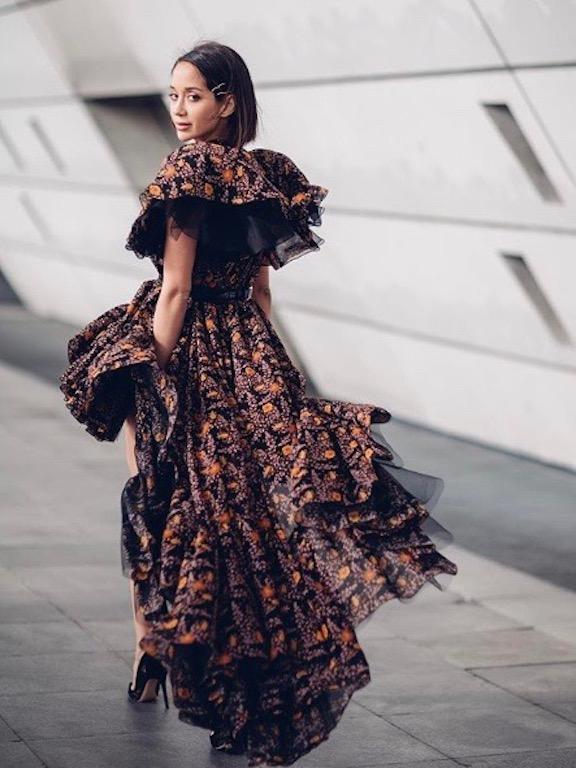 لانا الساحلي في فستان معرق في باريس