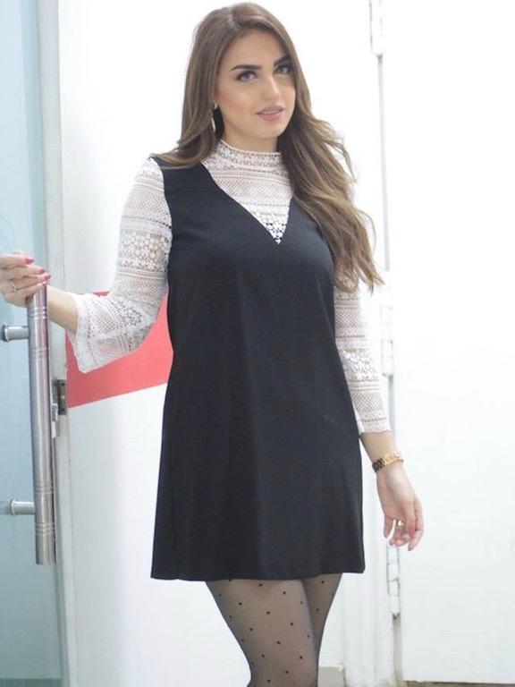 ياسمين عز في فستان أسود قصير