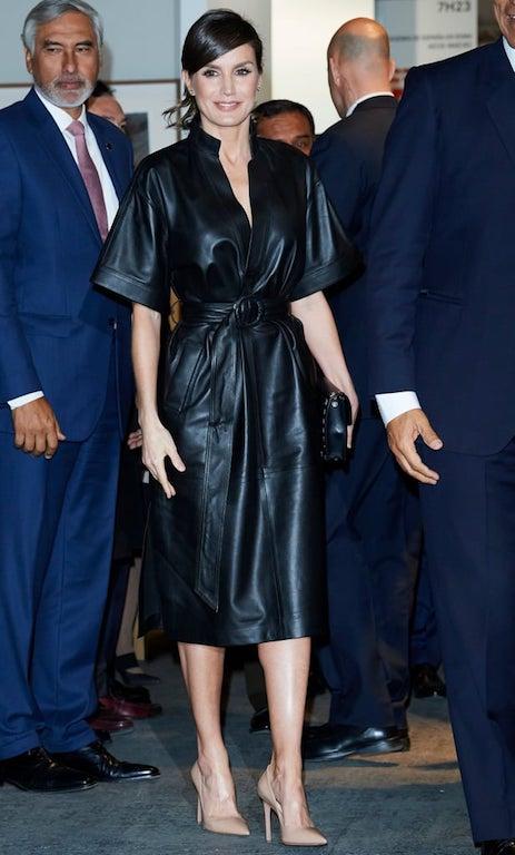 فستان ميدي من الجلد الأسود اختارته الملكة