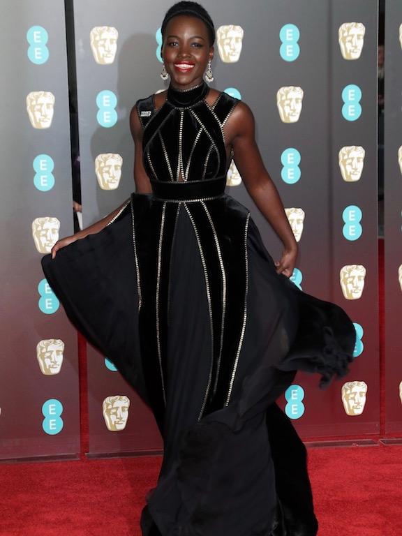 لوبيتا نيونغو في فستان أسود من إيلي صعب: