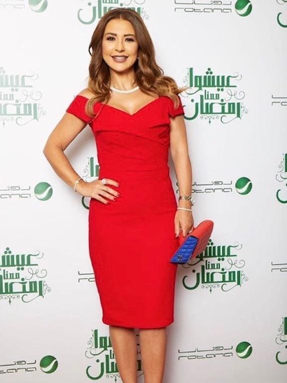 ماغي بوغصن في فستان باللون الأحمر