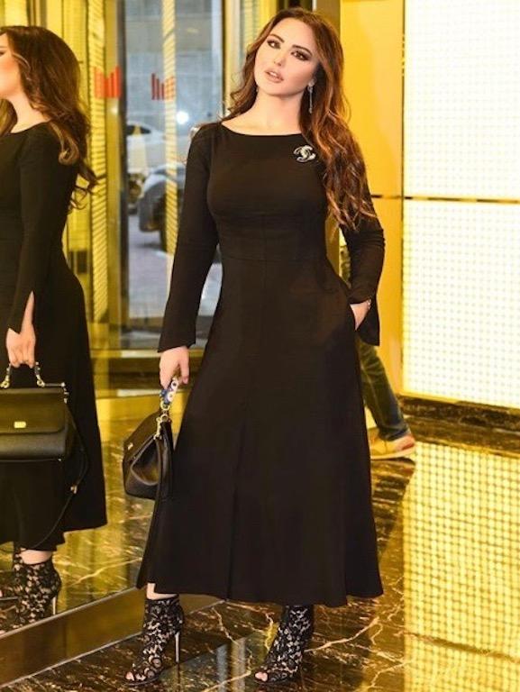 فستان أسود ناعم بأسلوب سهير القيسي