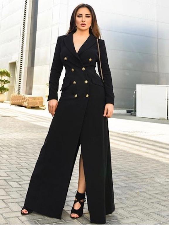 فستان أسود ماكسي بقصة البليزر اختارته سهير القيسي