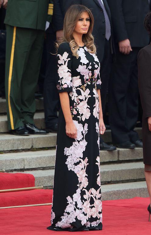 ميلانيا ترامب متألقة في فستان ماكسي معرق بالورود