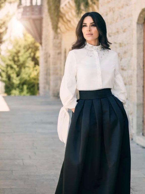 نادين نجيم في تنورة ماكسي مع قميص باللون الأبيض