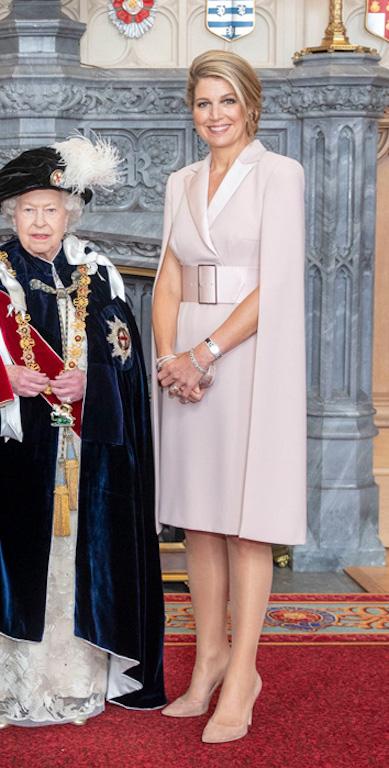 الملكة ماكسيما أنيقة باللون الزهري