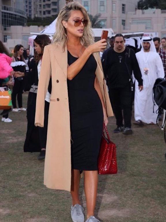 مايا دياب في لوك شبابي في المعطف البيج
