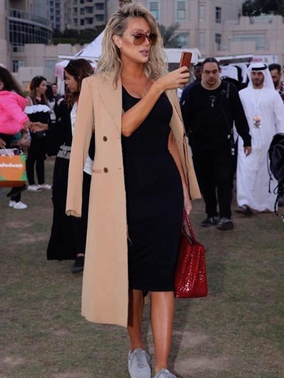 10d9d38ff اختارت مايا دياب الفستان الأسود الميدي الكلاسيكي، ونسقته بطريقة شبابية  عصرية، حيث اختارت معه معطفًا طويلًا باللون البيج، وحذاءً رياضيًّا باللون  الرمادي، ...
