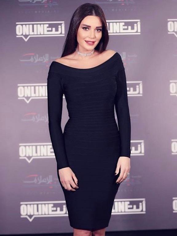 اطلالة أنيقة في فستان ميدي باللون الأسود اعتمدتها سيرين عبد النور