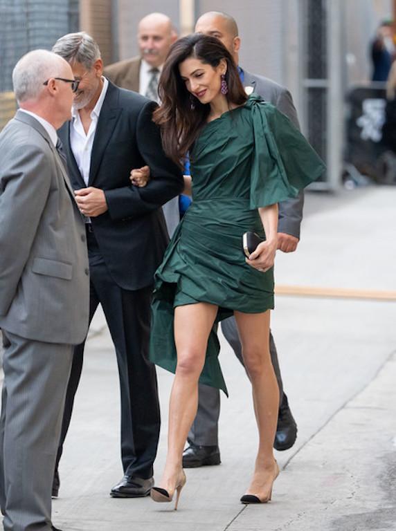 فستان قصير من أوسكار دي لا رينتا اختارته أمل كلوني