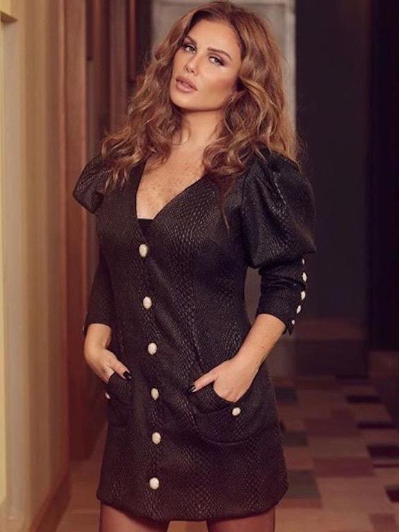 نيكول سابا في فستان أسود قصير
