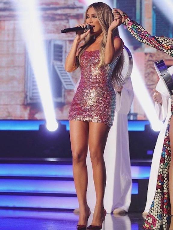 مايا دياب في فستان قصير من الترتر الزهري