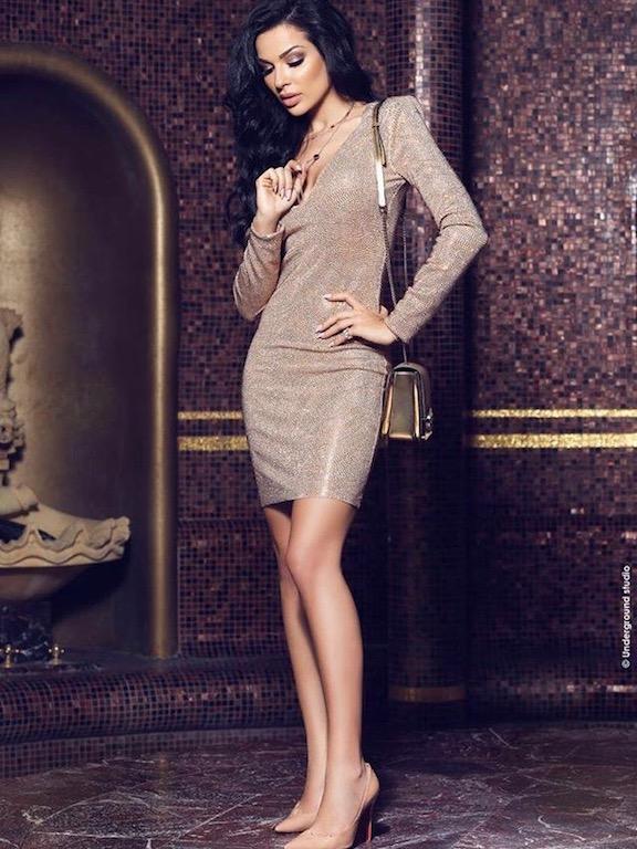 نادين نجيم في فستان ذهبي قصير