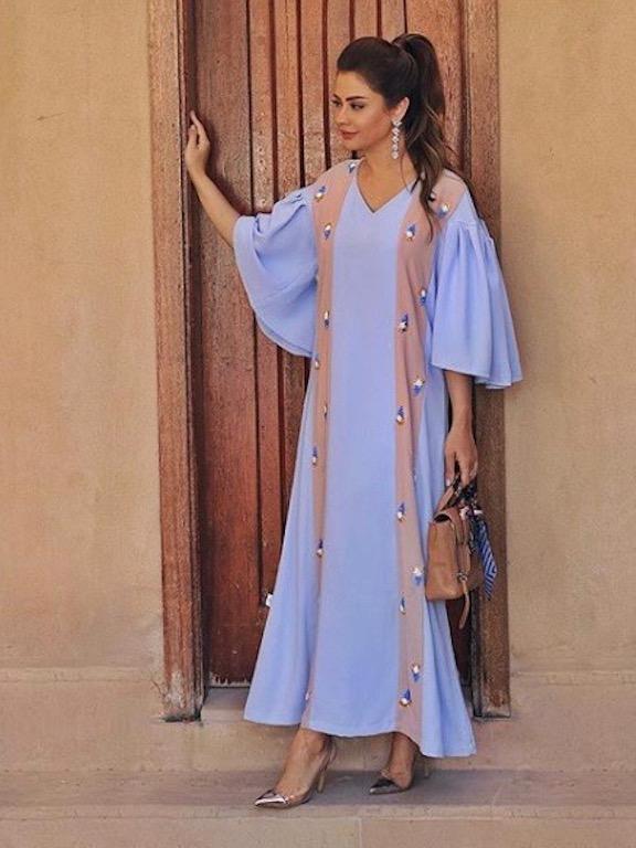 شهد الجميلي في ثوب باللون الأزرق