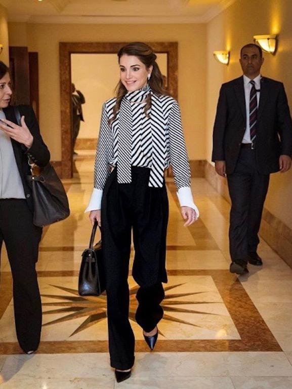 الملكة رانيا في بنطلون أسود