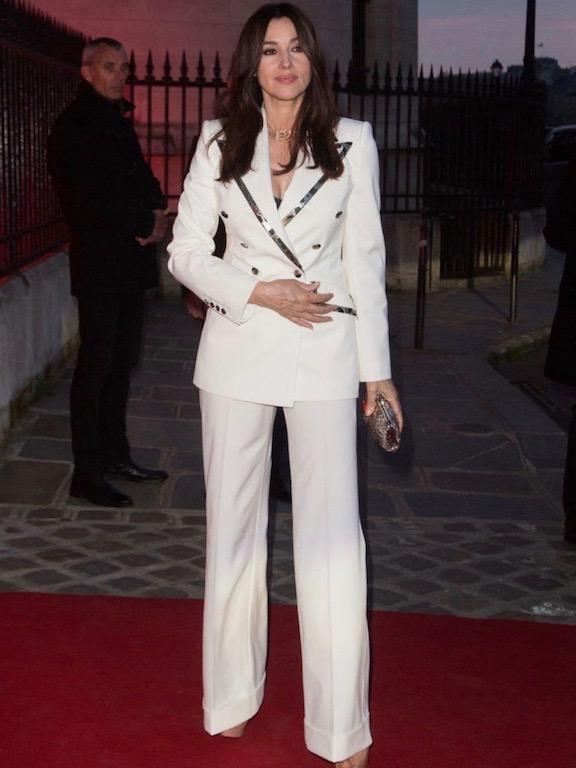 مونيكا بيلوتشي في بدلة رسمية من دولتشي أند غابانا