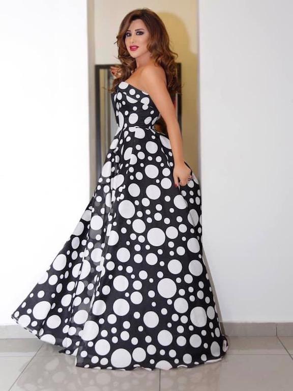 فستان باللونين الأسود والأبيض اعتمدته نجوى كرم