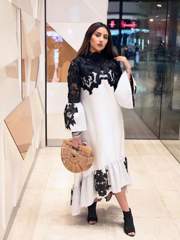 فستان ماكسي باللونين الأسود والأبيض اختارته فرح الهادي