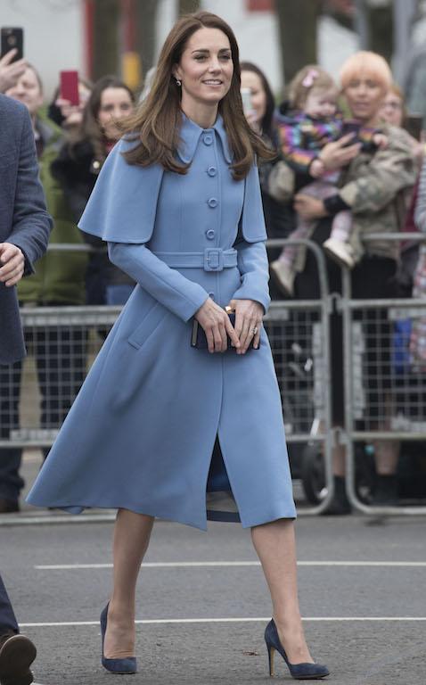 كايت ميدلتون في معطف أزرق من مولبوري