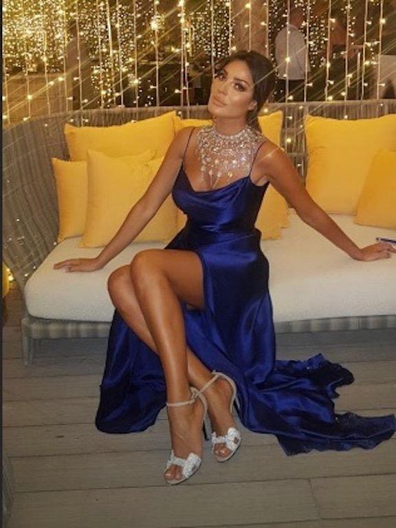 نادين نجيم في فستان حرير باللون الأزرق