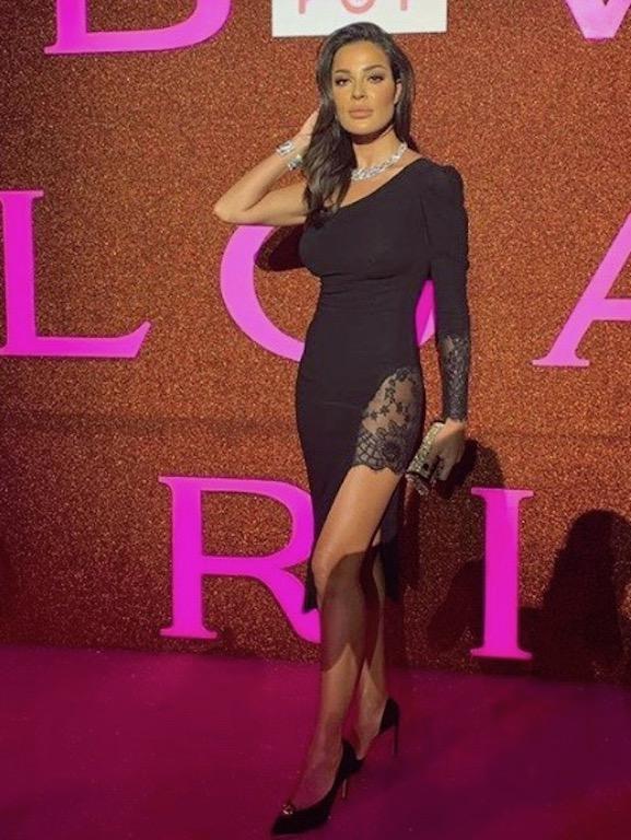 نادين نجيم في فستان قصير باللون الأسود