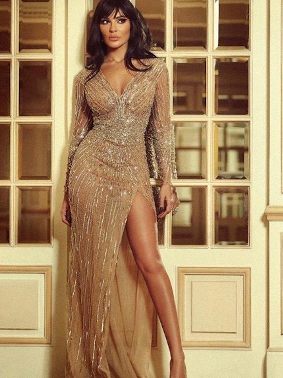 نادين نجيم جذابة في فستان ذهبي من الترتر
