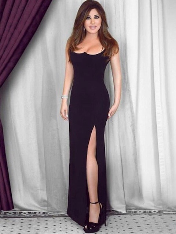 """نجوى كرم في فستان أسود من """"فيرساتشي"""" Versace"""