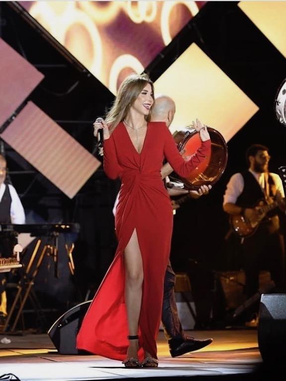 """نانسي عجرم في فستان أحمر من """"الكسندر فوتييه"""""""