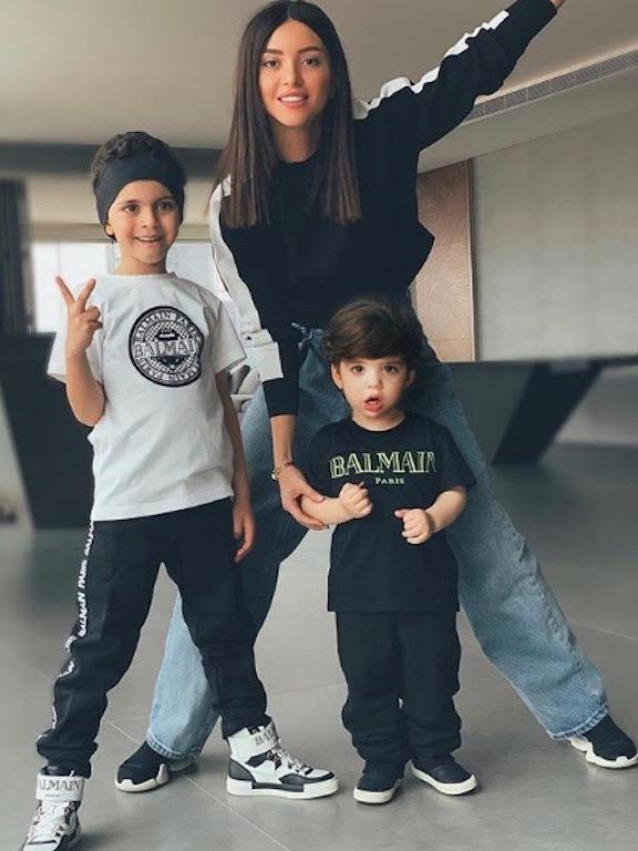 ناتالي فنج وأطفالها في الملابس الرياضية