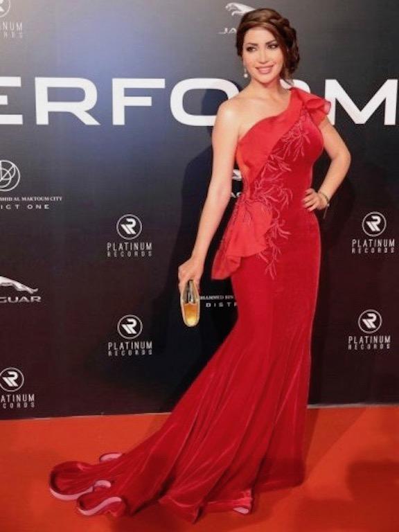 نسرين طافش في فستان مخمل أحمر