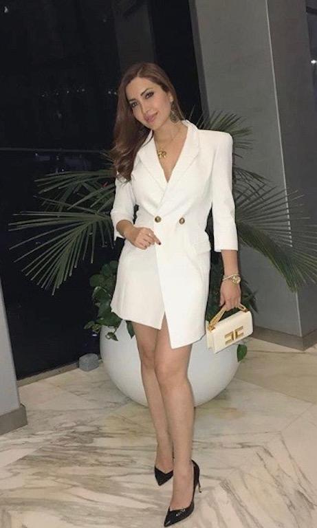 نسرين طافش أنيقة في فستان قصيرة باللون الأبيض