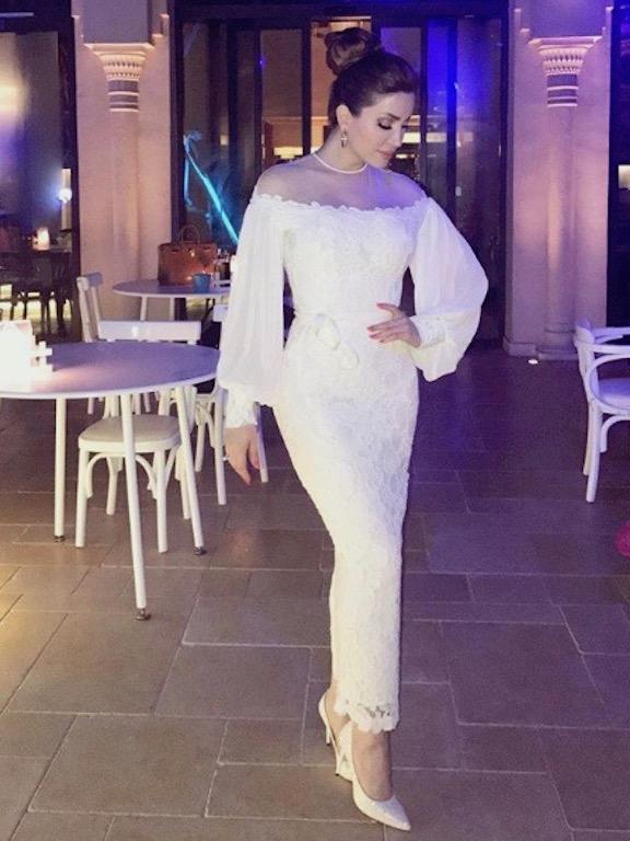 نسرين طافش في فستان دانتيل أبيض