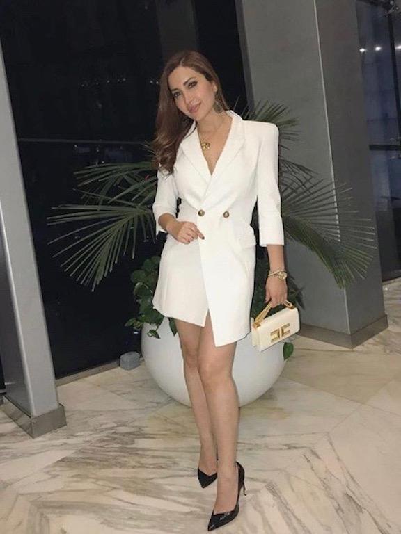 نسرين طافش في فستان بليزر باللون الأبيض