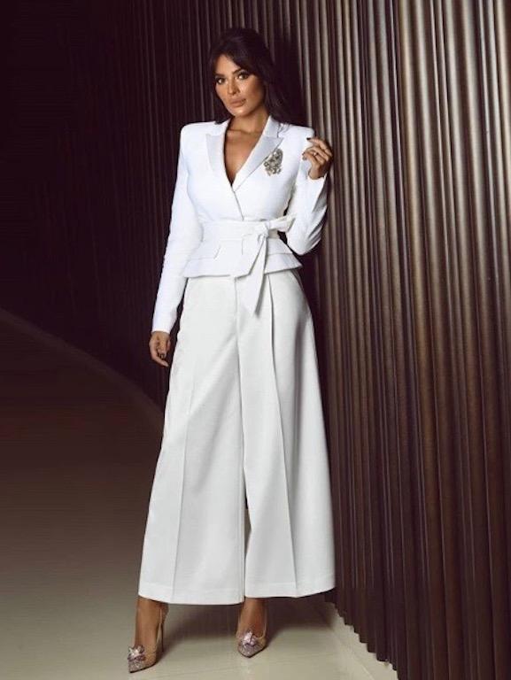 نادين نجيم في بدلة باللون الأبيض مع البنطلون ذي الأرجل العريضة