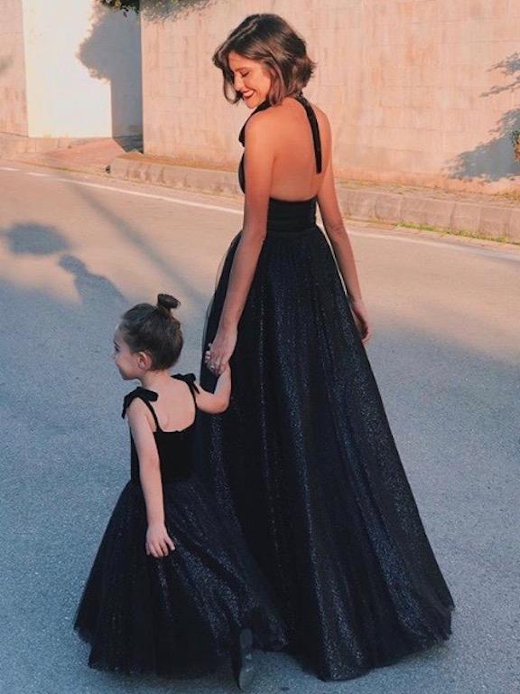 نور عريضة وابنتها متألقتان بالأسود