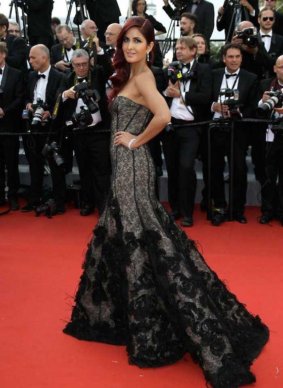 فستان من الدانتيل الأسود تألقت به كاترينا كيف