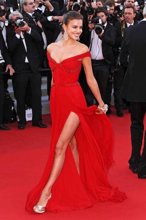 فستان أحمر اختارته إيرينا شايك لإحدى المناسبات