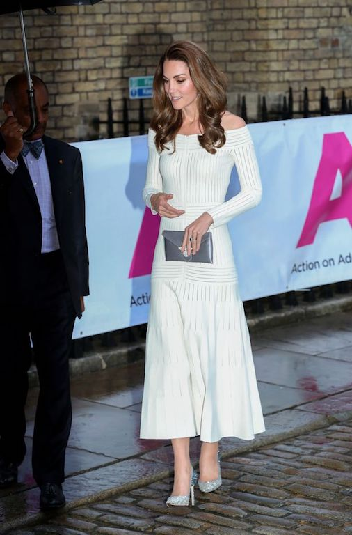 فستان أنيق باللون الأبيض تألقت به كيت ميدلتون