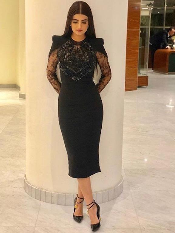 علا الفارس في فستان أسود